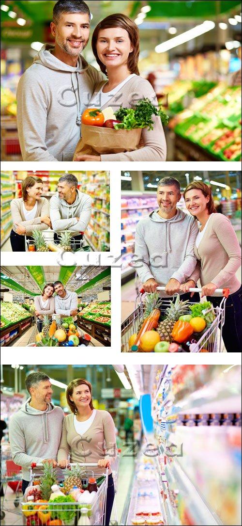 Люди в супермаркете / People in the market - stock photo