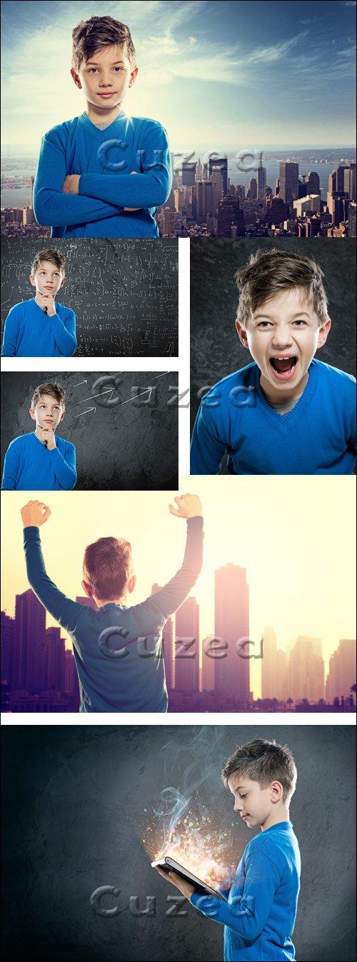 Мальчик на фоне горизонта / Boy in front of Skyline - stock photo