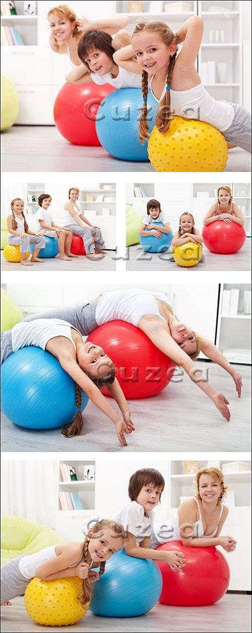 Семья занимается спортом / Family goes in for sports - stock photo