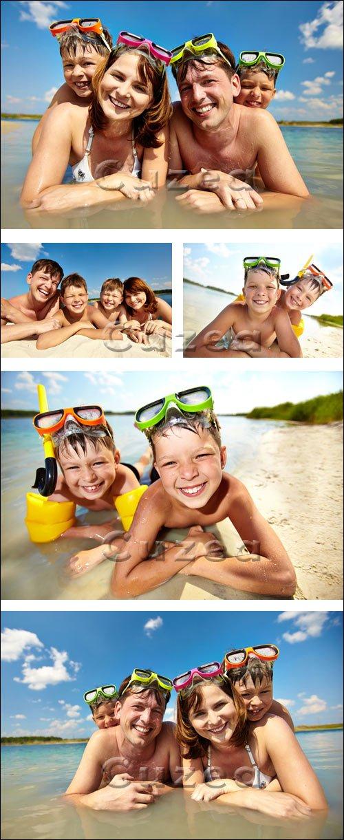 Счастливая семья на море / Happy family on the summer sea