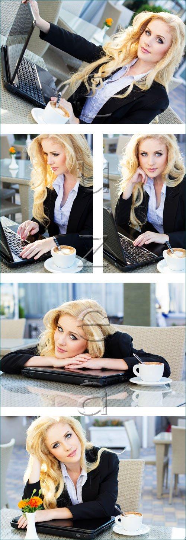 Бизнеследи с чашкой кофе и ноутбуком / Young pretty business woman with notebook - stock photo