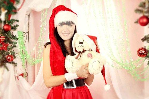 Шаблон для девушек - Брюнетка в красном костюме снегурочки с мишкой у елки