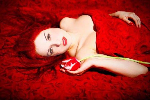 Шаблон для фото - Рыжая девушка на кровати с тюльпаном