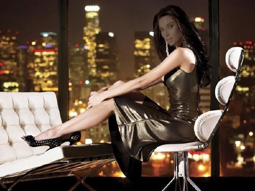 Шаблон psd - Успешная девушка в вечернем мегаполисе